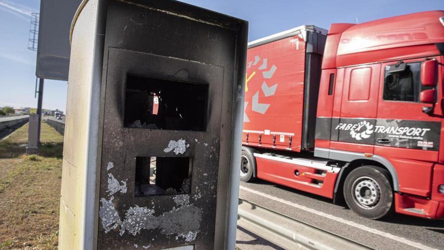 Cremen i destrossen dos radars situats en carreteres de la Selva