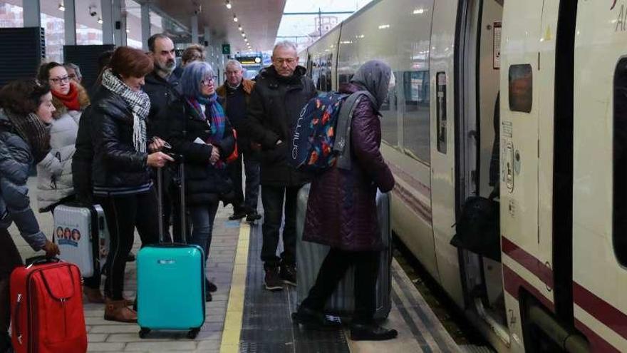 Viajeros en la estación de tren de Zamora.