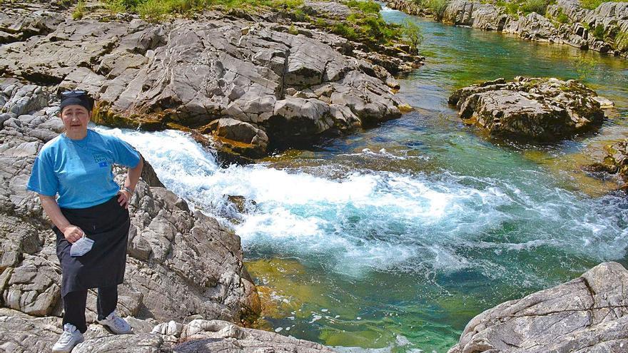 Trío de cachopos junto al río Dobra