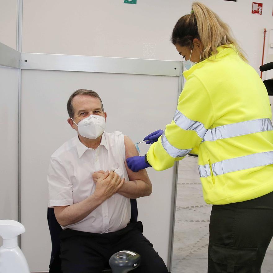 Abel Caballero recibe la vacuna contra el coronavirus