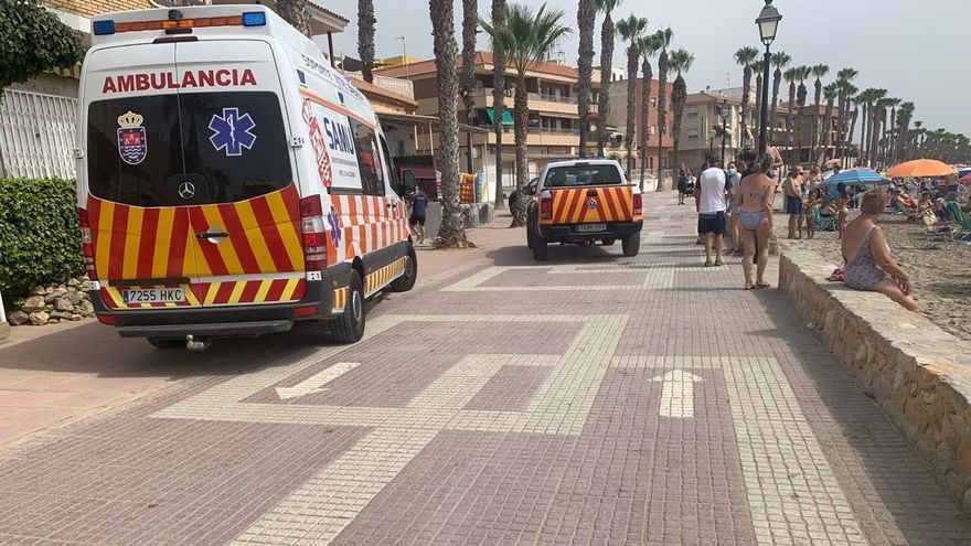 Fallece una mujer en Los Alcázares mientras se bañaba en la playa