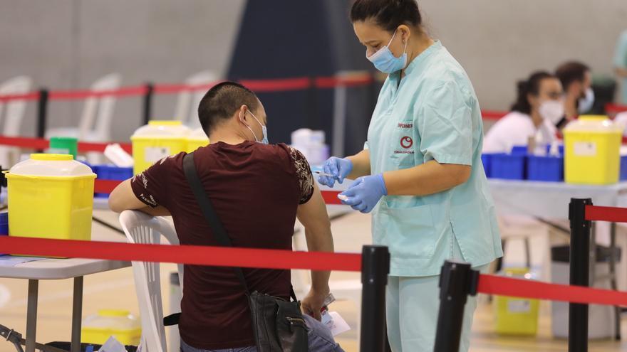 Sanidad continúa vacunando en centros de salud, puntos móviles y universidades de la Comunidad