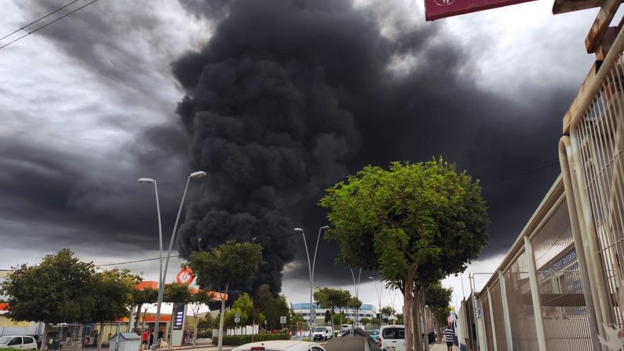 Una enorme columna de humo negro cubre el cielo de San Vicente