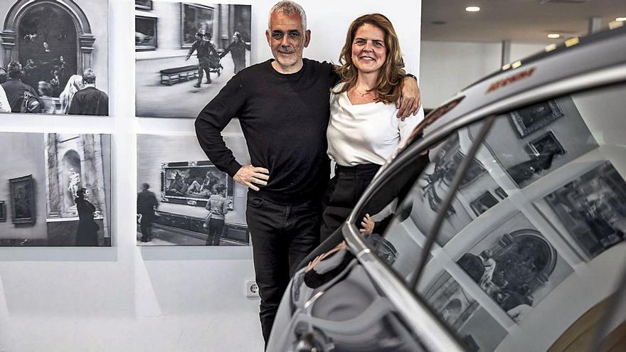 Girbent sale de la galería y expone en un concesionario de coches