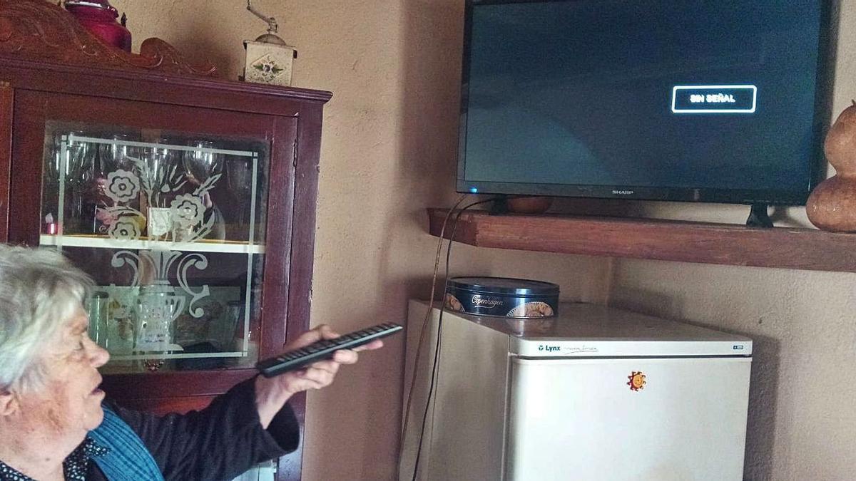 Celsa Muradás ayer, ante el televisor sin señal de su vivienda en Zobra.