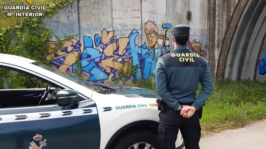 Sorprenden en Baiona a tres grafiteros responsables de 20 pintadas