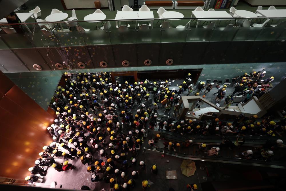 Los hongkoneses entran en el Parlamento.
