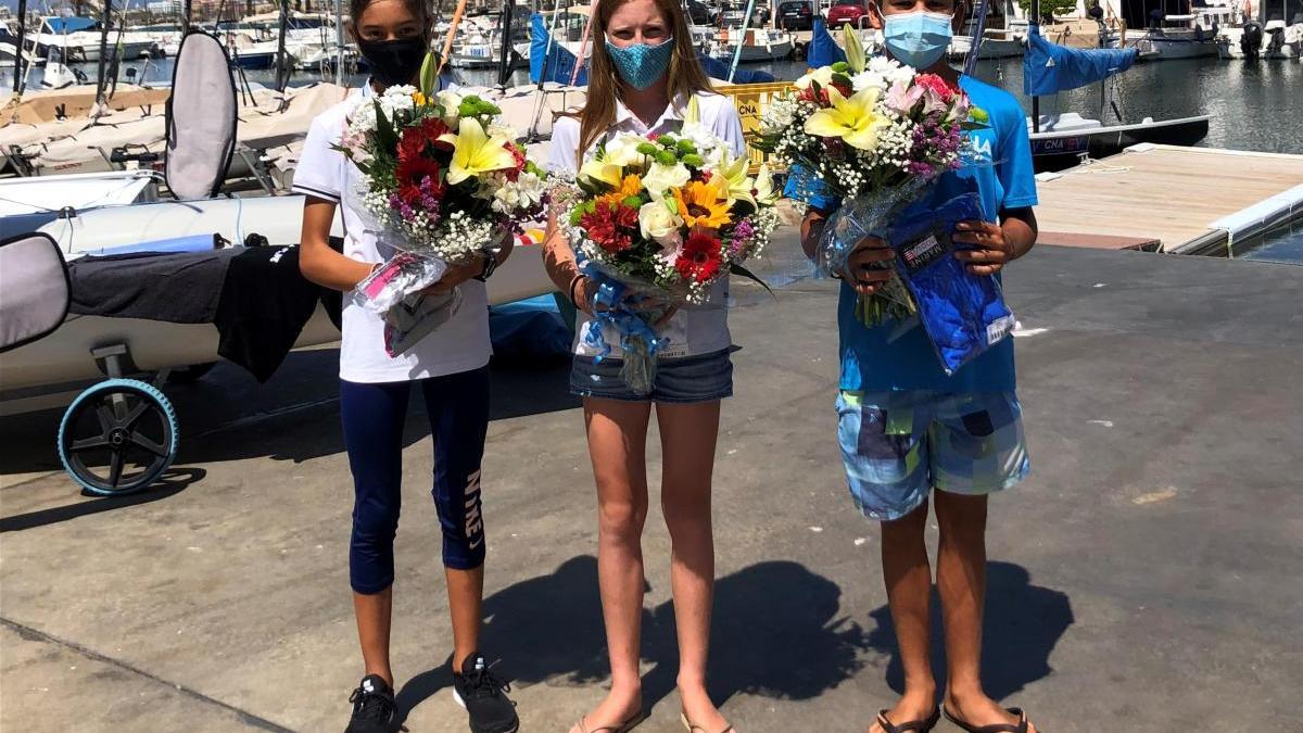 Martina Gomila, Nicola Sadler y Marc Mesquida posan este mediodía con sus obsequios.