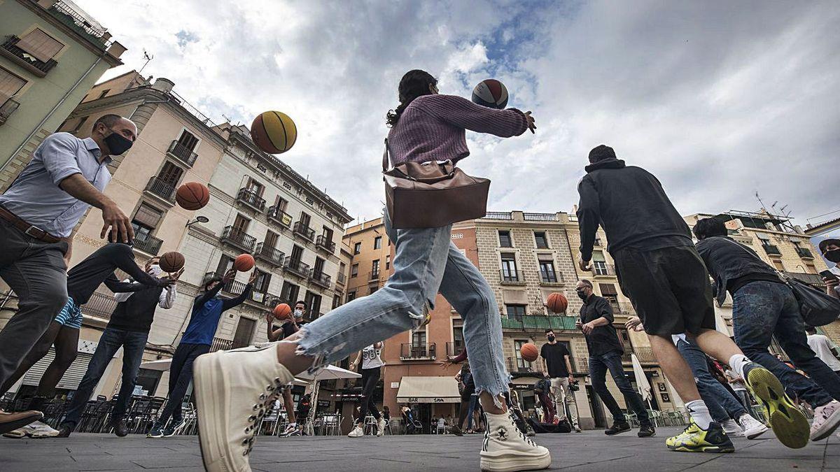 Imatge d'arxiu d'un grup de joves practica Basket Beat al mig de la plaça Major de Manresa