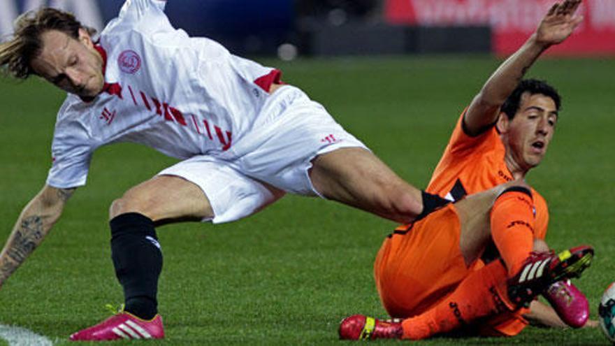 El Sevilla no puede con un Valencia con diez jugadores