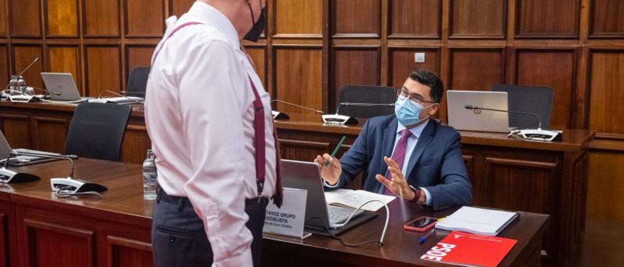 Miguel  Ángel Pérez del Pino, a la derecha sentado, habla con Pedro Justo antes del Pleno del Cabildo. | | LP/DLP