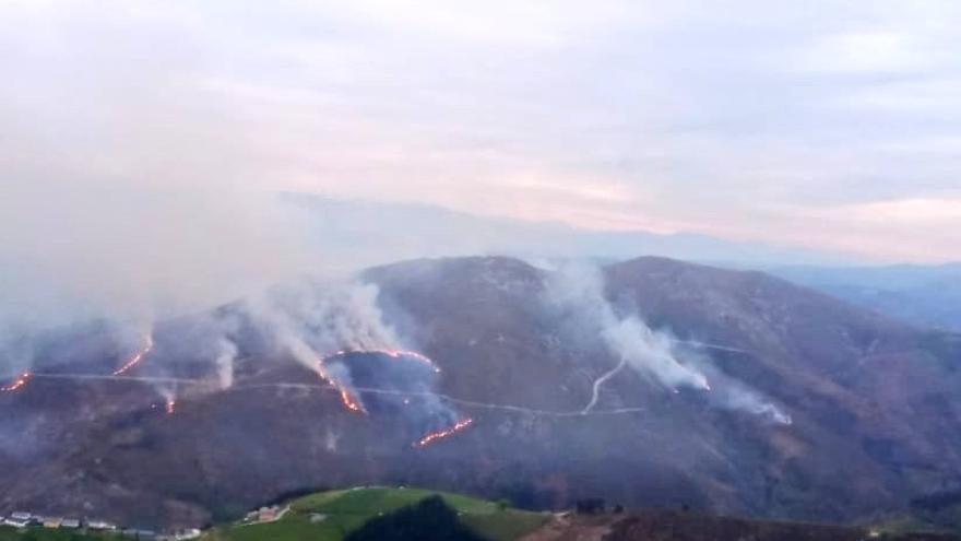 Las llamas se extienden por Monterizo, Navelgas, en un incendio con varios focos