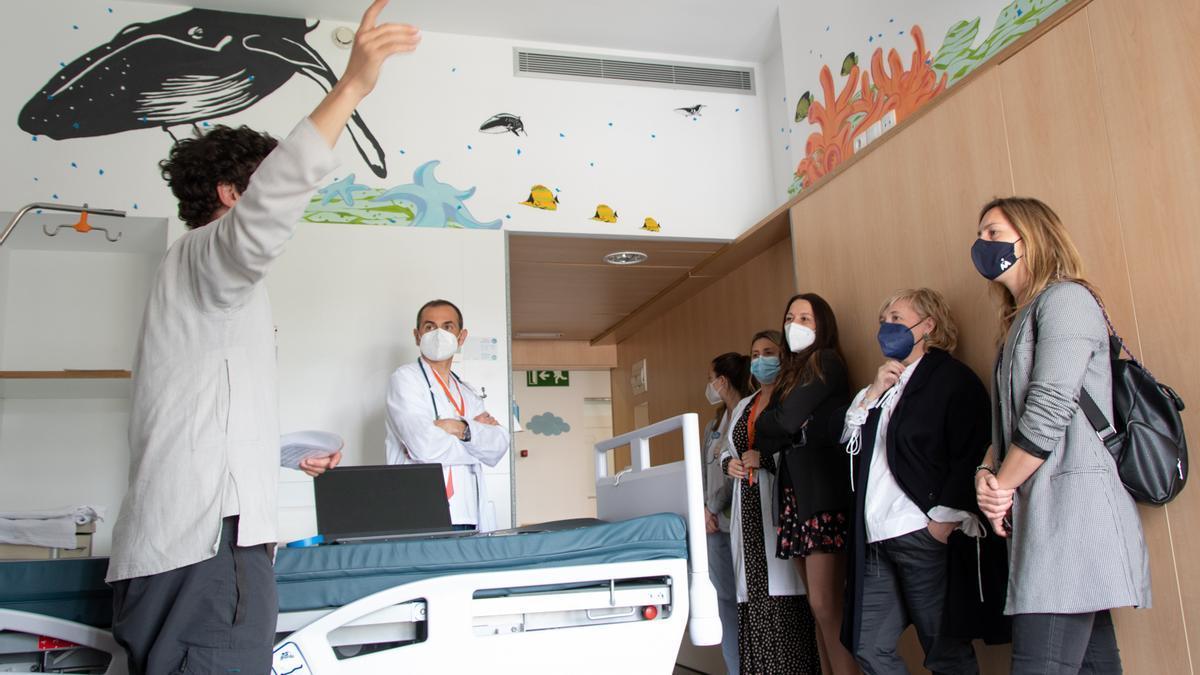 El artista Juánfer Sáez ha empezado a crear las constelaciones en las habitaciones de pediatría