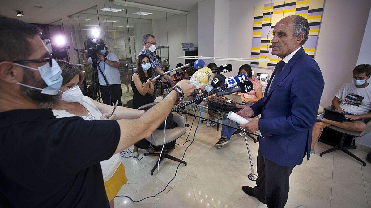 Francisco Camps atiende a los medios tras el archivo de la causa del papa decretado por la jueza.