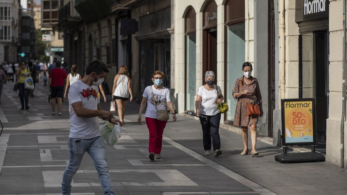 Personas pasean por la calle.