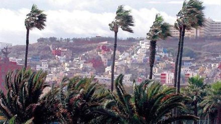 """El ciclón tropical """"Theta"""" se debilita pero Canarias sigue en alerta"""