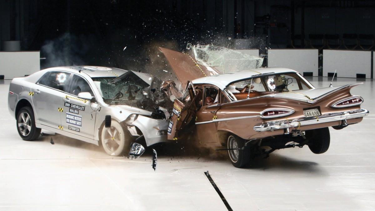 Animales, cadáveres y 'hombres bala': La oscura historia de los crash test