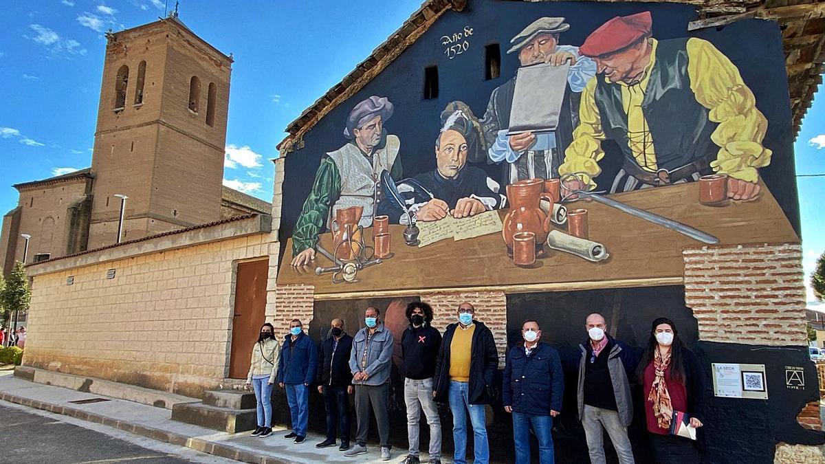 Carlos Adeva, en el centro de la imagen, posa con autoridades y vecinos de La Seca junto al mural dedicado al movimiento comunero. | Cedida