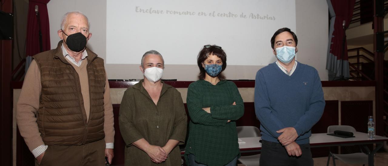Por la izquierda, Ramón Rodríguez, director del RIDEA, Eva María Pérez, concejala de Cultura, Esperanza Martín, arqueóloga y directora de las excavaciones, y Gerardo Sanz, alcalde de Llanera.