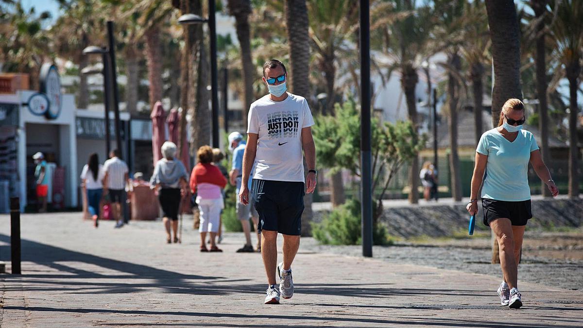Un hombre pasea por una calle en Guía de Isora, en Tenerife.