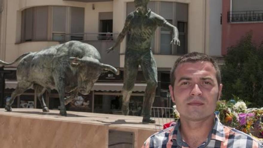 El escultor de Xàtiva Xavier Soro realiza  el Monumento al Encierro de Moratalla
