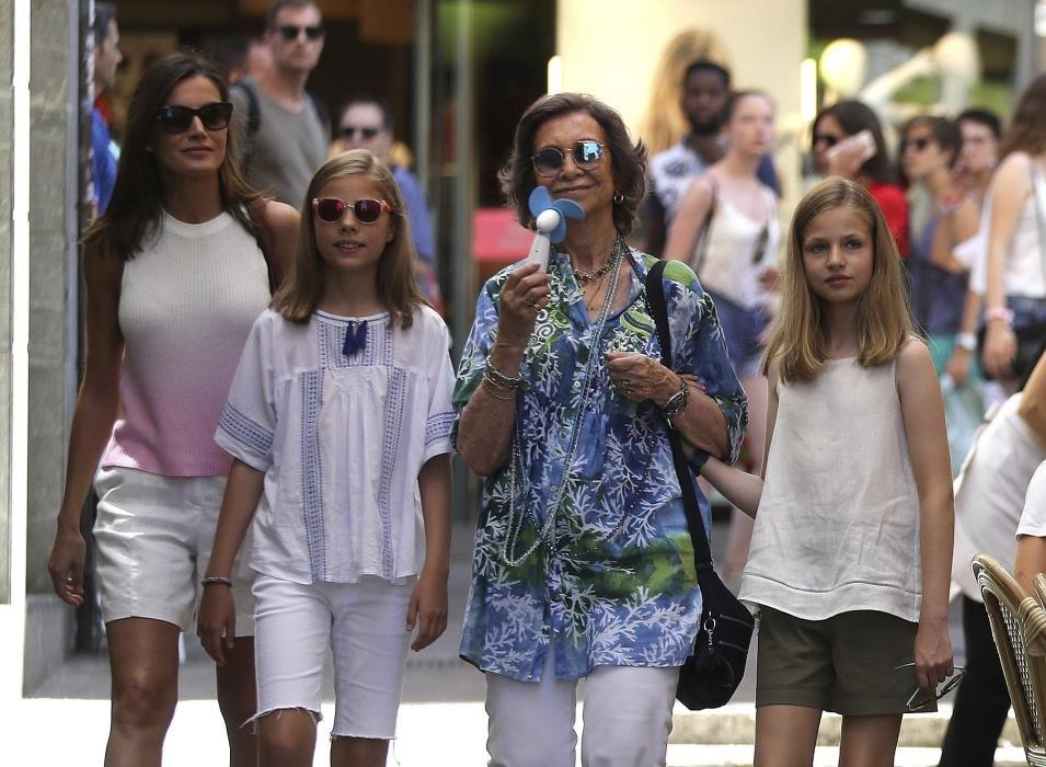 Doña Letizia con sus dos hijas y doña Sofía