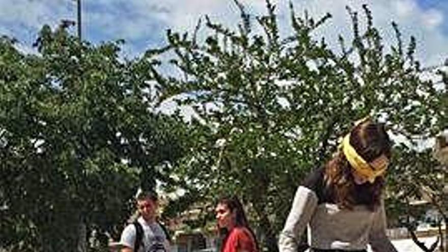 Alumnes es posen a la pell dels que viuen en llocs plens de mines explosives