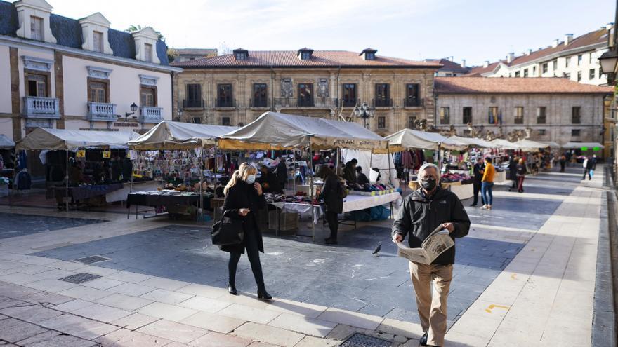 Más paseos que euros en El Fontán: así volvió el mercadillo más popular de Oviedo