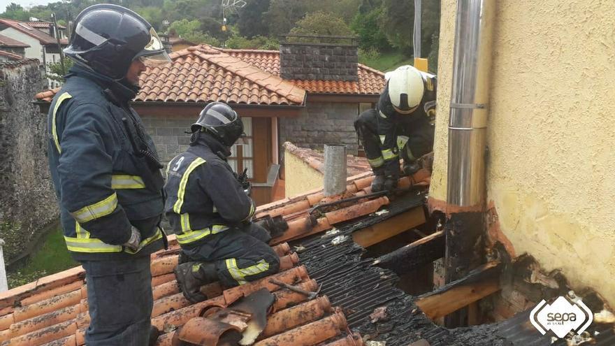 Los Bomberos extinguen un incendio en una vivienda de Barro (Llanes)