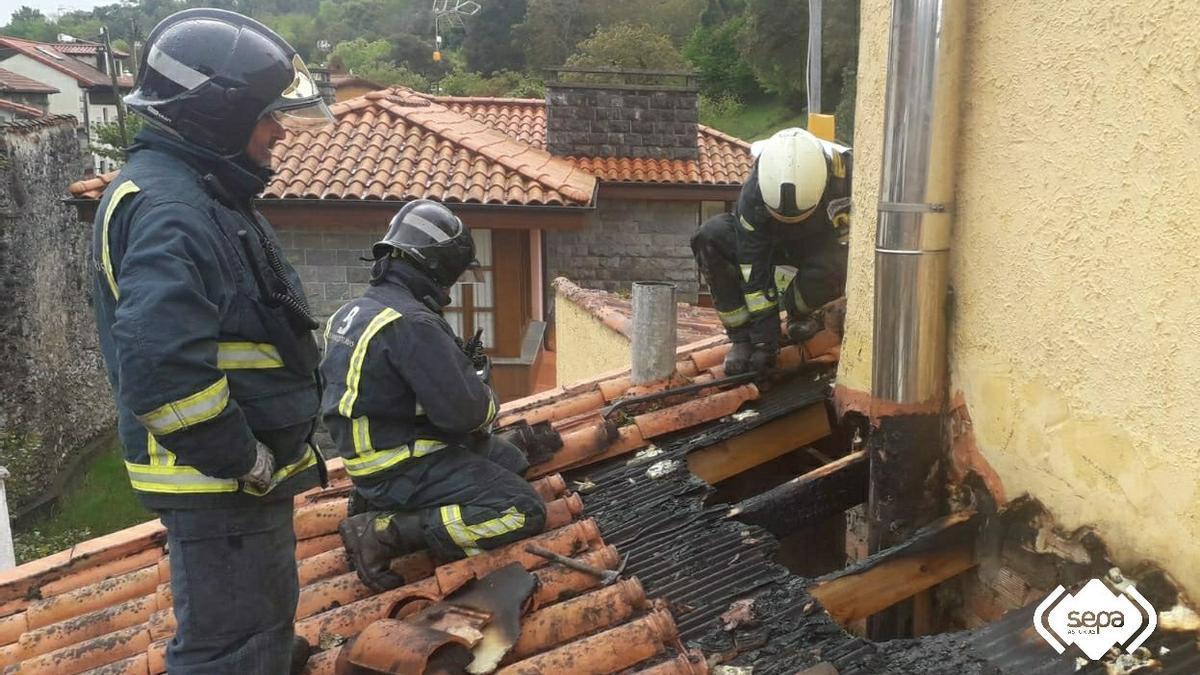 La intervención de los Bomberos en el tejado de la vivienda de Barro (Llanes)