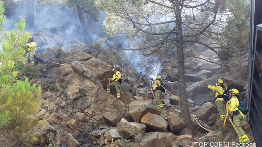 Una treintena de efectivos continúan trabajando en la extinción del incendio de Sierra Bermeja