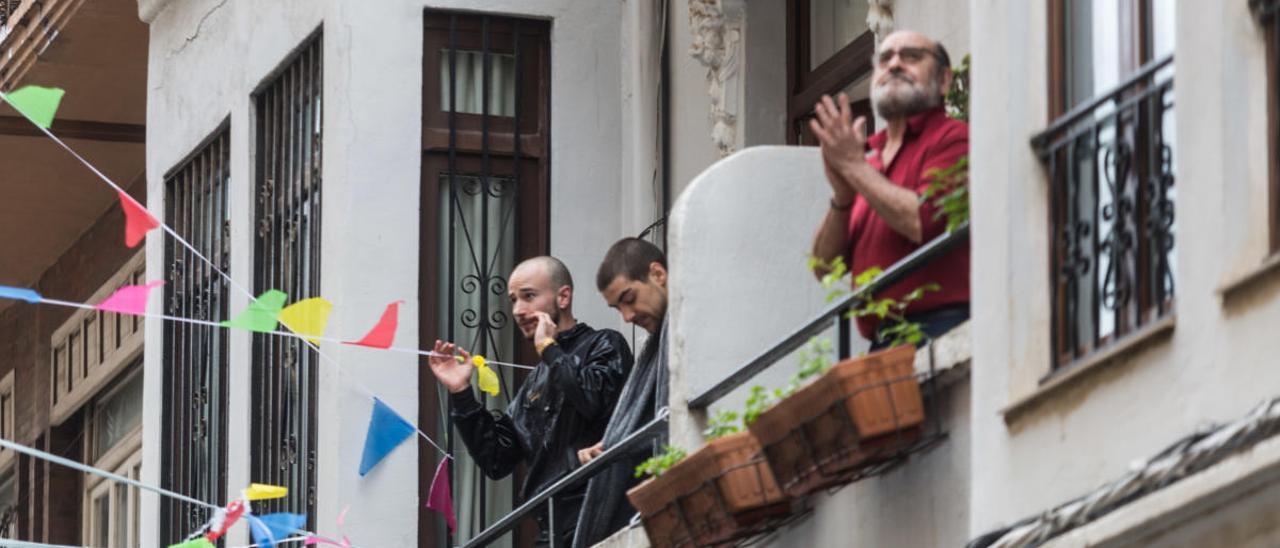 Gente en sus balcones en Valencia.