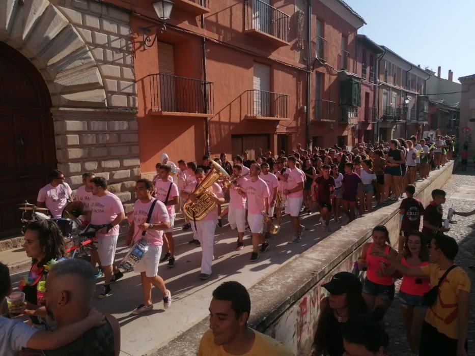 Animado desfile de peñas de Toro.