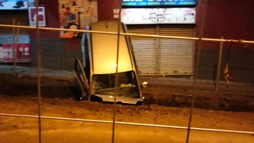 Un vehículo acaba dentro de una zanja en La Laguna