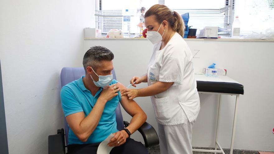 Córdoba reanuda la vacunación de profesionales esenciales pendientes de una segunda dosis