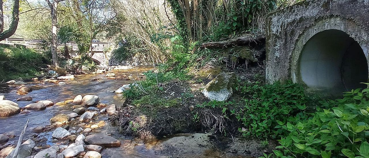 Una de las tuberías por las que se vierten aguas residuales al río Ereba.   E. S. R.