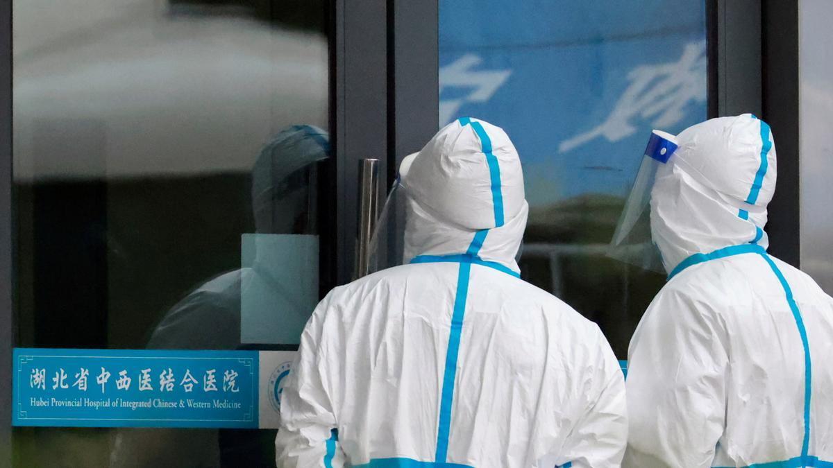 Dos médicos en la puerta de un hospital chino.