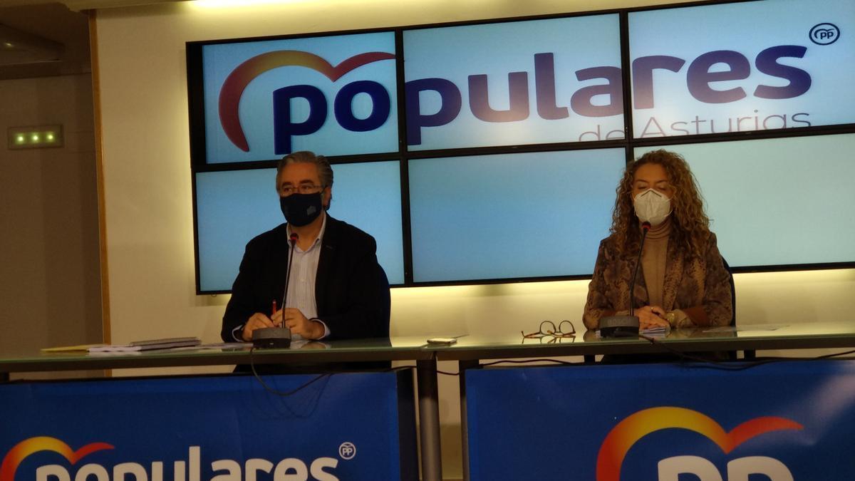 Teresa Mallada y Pablo González, esta mañana en la sede del PP regional.