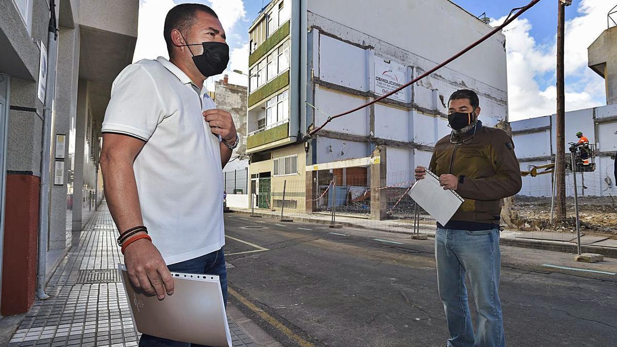 Representantes de los vecinos de Matías Padrón, 45, delante del derribo que acaba de acometer el Ayuntamiento.  | | ANDRÉS CRUZ