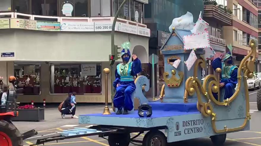 Los pajes reales acercan la ilusión navideña a los más pequeños en el Distrito Centro de la capital