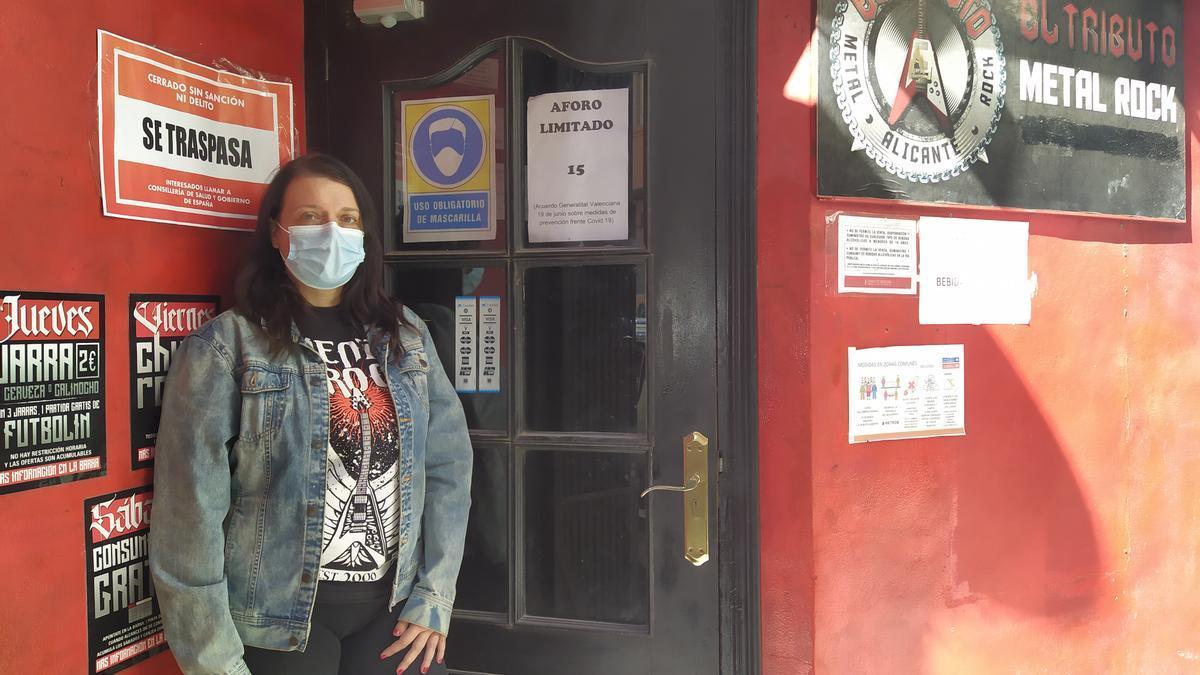 Yolanda Berenguer, a las puertas de su pub, El Tributo.