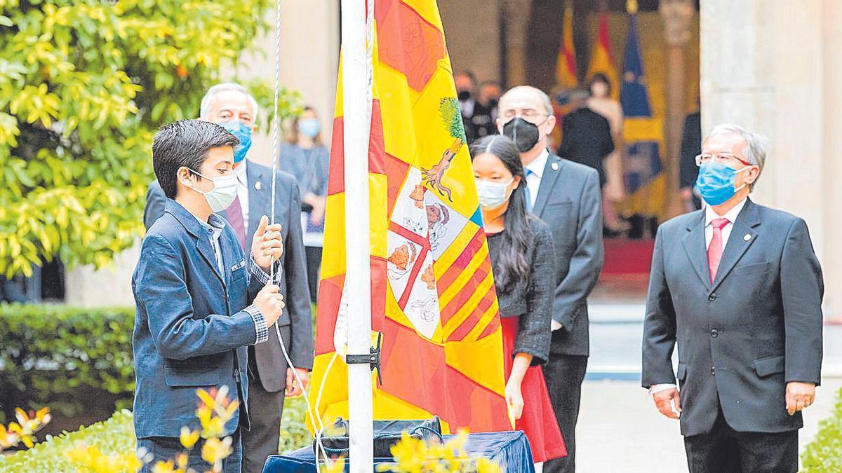 Juan y Paola, nietos de Bolea Foradada, izaron la bandera de Aragón.