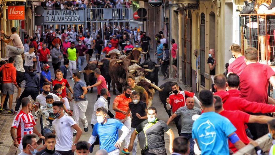 Espectacular y vibrante encierro con 6.000 corredores en Almassora para encumbrar al 'bou al carrer'