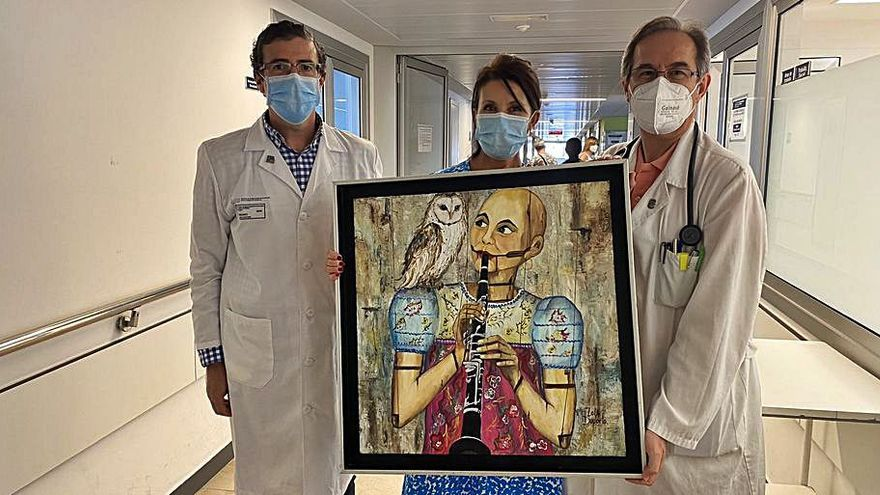 La artista Lola Doporto dona uno de sus cuadros al CHUO tras superar el cáncer