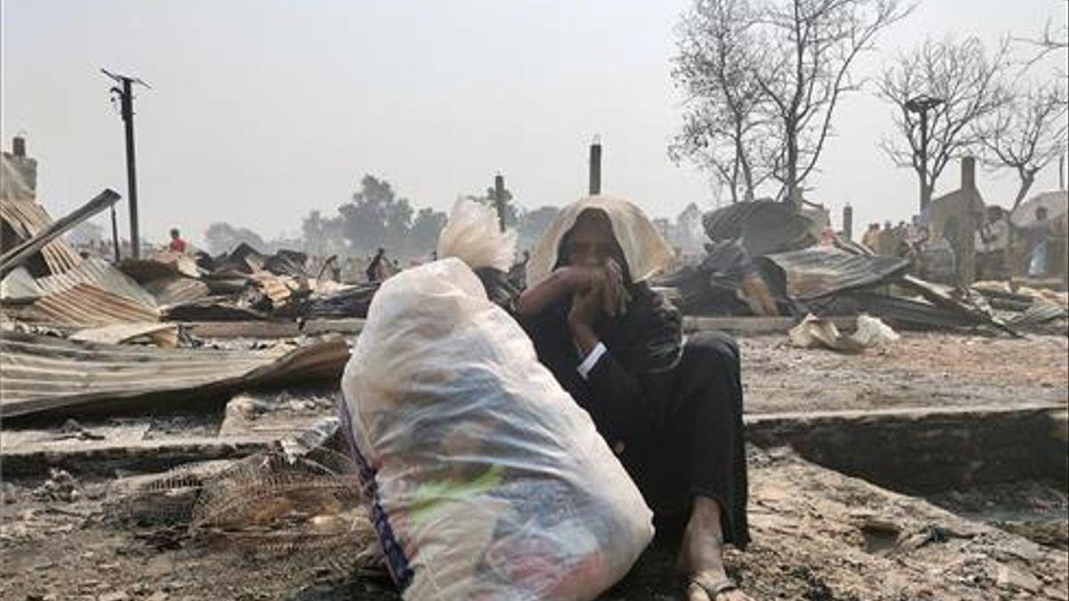 Al menos 15 muertos y 400 desaparecidos en el incendio en un campo de refugiados rohingyas