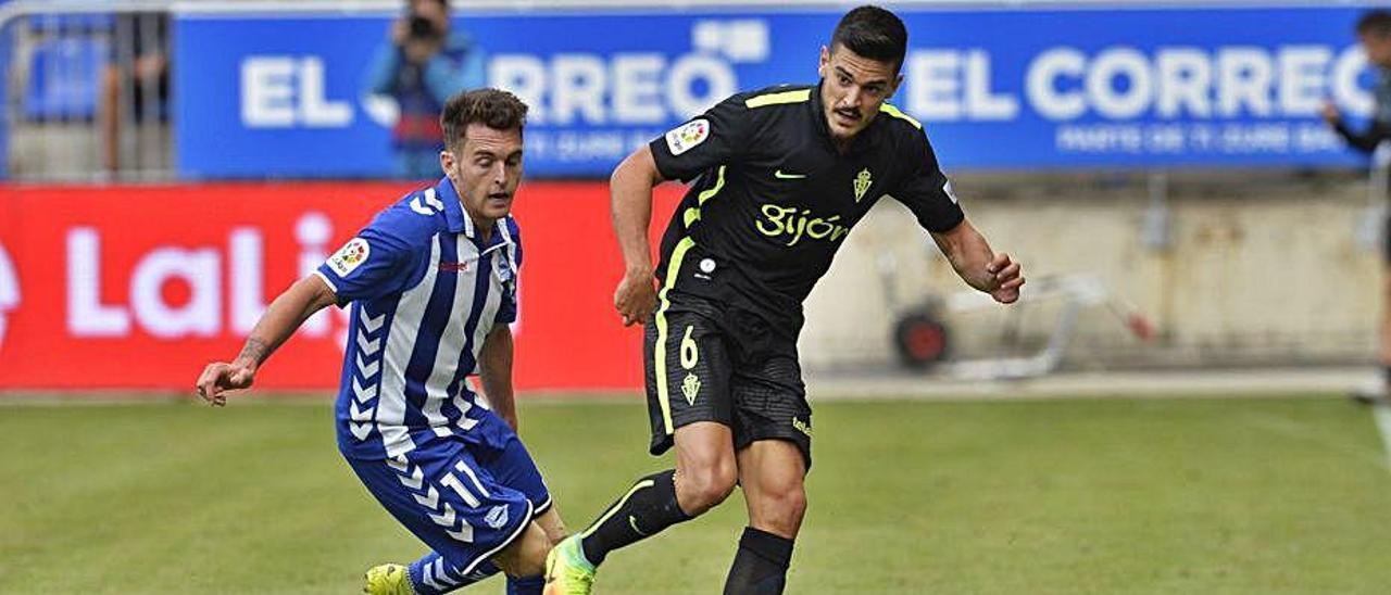 Ibai Gómez, durante su etapa en el Alavés, junto a Sergio Álvarez, en un partido frente al Sporting. | LOF