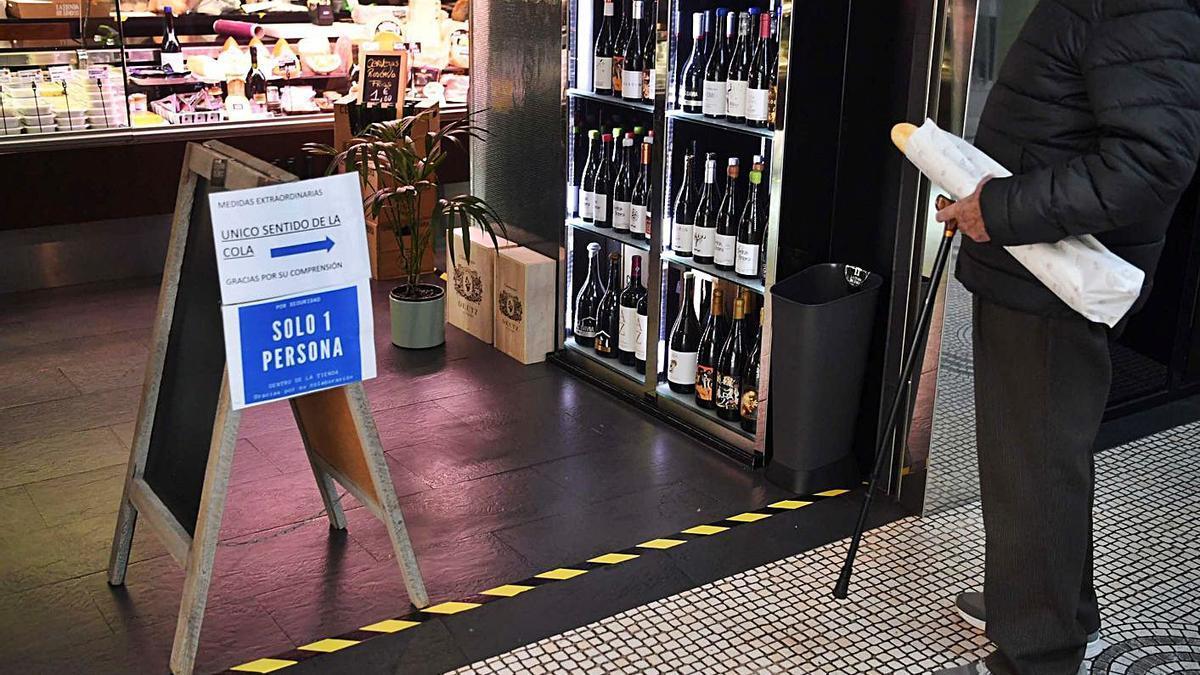 Restricciones de aforo en una tienda de comestibles de A Coruña.     // VÍCTOR ECHAVE