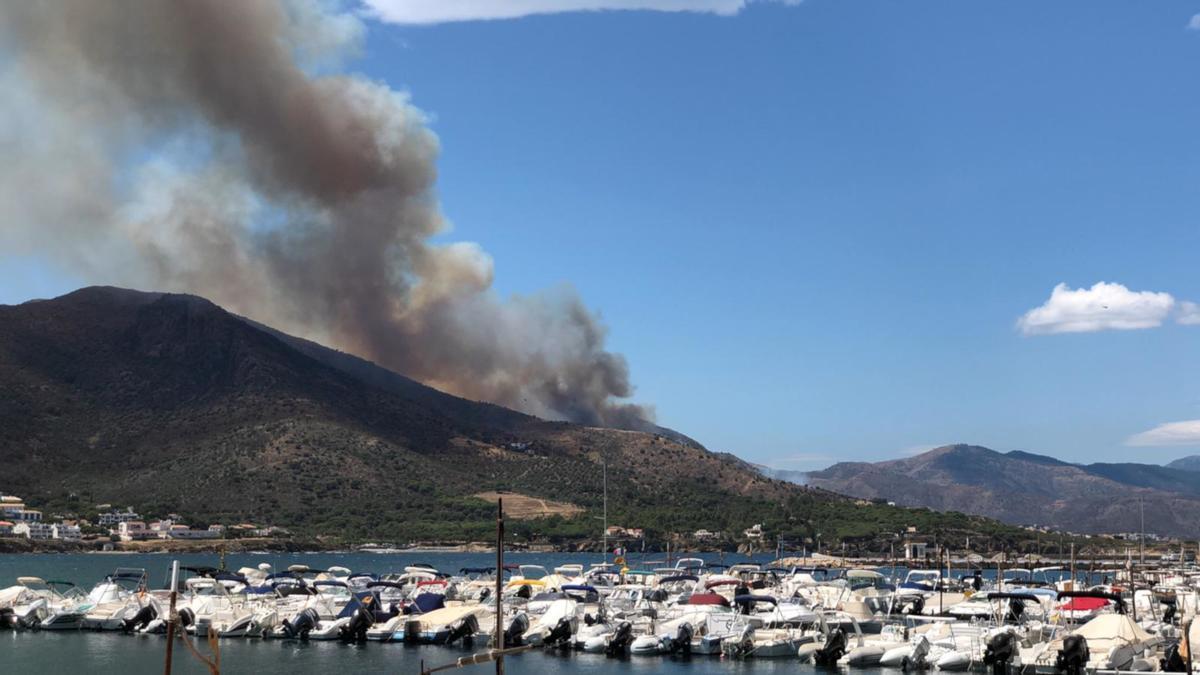 Pla general de la zona de l'incendi afectada a Llançà aquest divendres 16 de juliol de 2021 des d'El Port de la Selva. (Horitzontal)