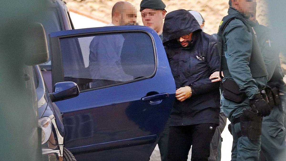 Jorge Ignacio P. J., saliendo de la casa de Manuel, en diciembre de 2019, tras el registro de la casa. | VICENT M. PASTOR