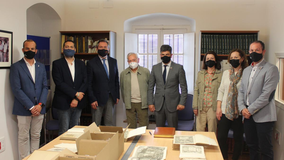 Representantes de los ayuntamientos de Sevilla y Montilla, junto a Manuel Ruiz, durante la cesión de documentos.